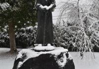 雪のダミアン神父像